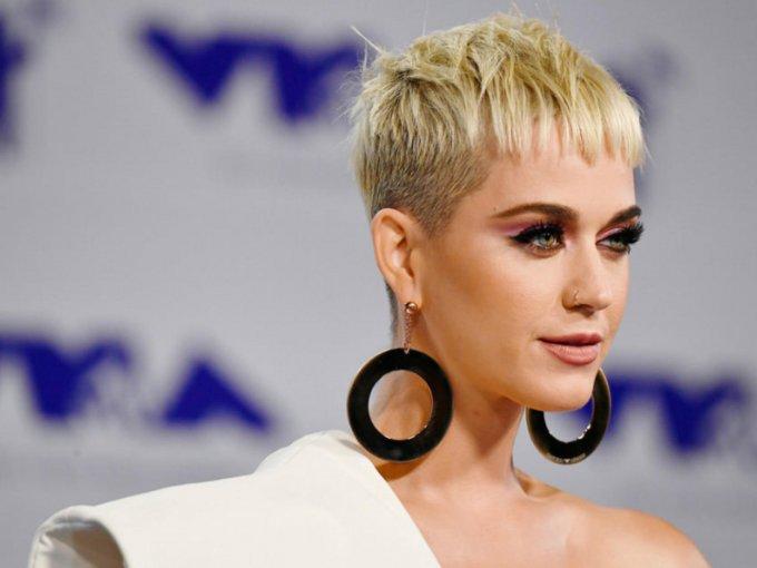 Desde el vestido que usó Katy Perry del diseñador Stephane Rolland hasta el de Millie Bobbi Browm de la firma Rodarte, los famosos lucieron sus mejores looks para esta entrega de premios. No te los pierdas: