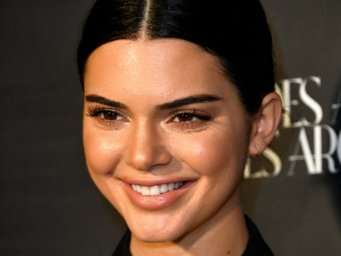 ¿Por qué razón?, estos peinados marcan las facciones del rostro y crean un efecto de edad avanzada: