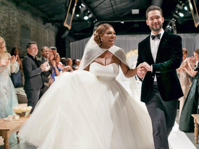 Serena Williams y Alexis Ohanian contrajeron matrimonio, y tuvieron una boda digna de cuento de hadas. Su hija, Alexis Olympia, también fue la protagonista de la ceremonia.  La tenista lució dos vestidos: uno diseñado por Sarah Burton para Alexander McQueen y otro de Versace: