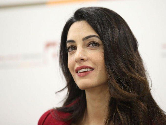 Además de ser una exitosa abogada y la esposa de George Clooney, Amal es una mujer que destaca por su estilo y elegante personalidad. Desde su vestido de novia diseñado por Oscar de La Renta, se supo que sus elecciones en cuanto a moda son muy atinadas.