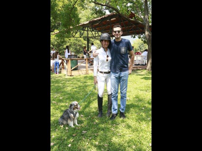 Alana Jasso y Marcelo Andoni con su mascota Gismo