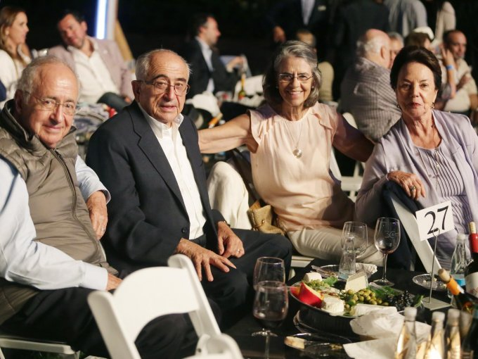 Manuel y José Castro con María Godar y Guadalupe de Castro disfrutaron la música y vinos de la casa acompañados de pan, quesos y uvas