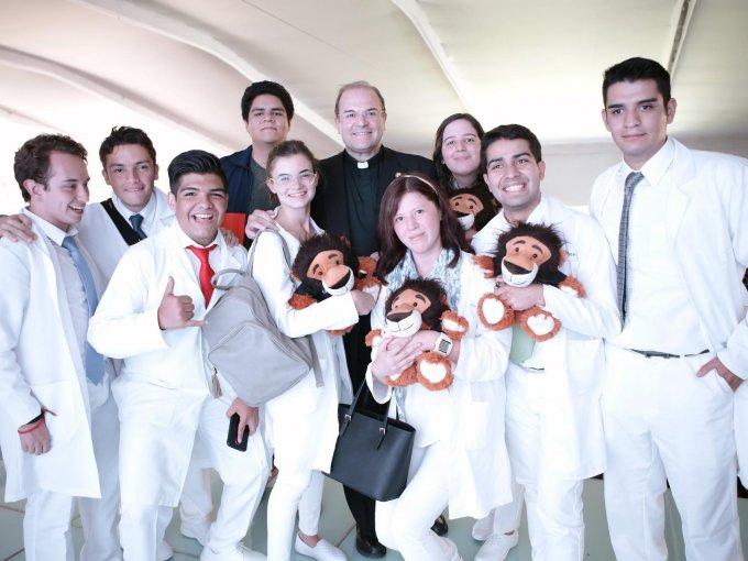 El rector Cipriano Sánchez junto con alumnos de nuevo ingreso de la carrera de Medicina