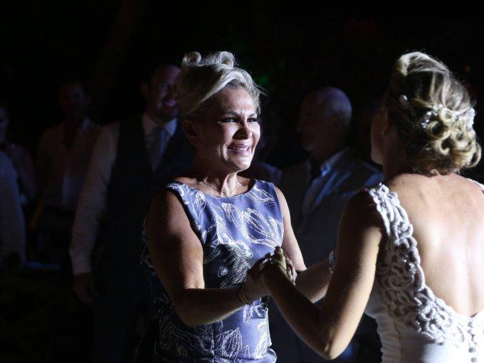 La novia también bailó con su mamá