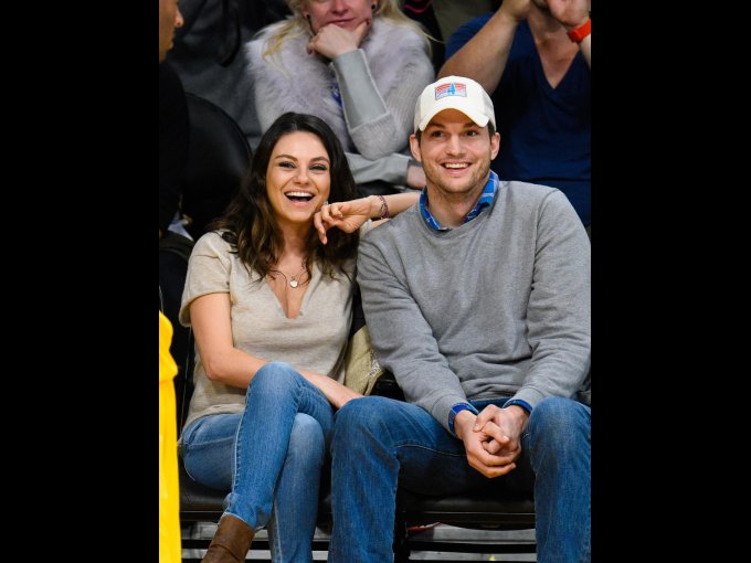 Mila Kunis y Ashton Kutcher: En el show de Ellen Degeneres, Kutcher menciona que hizo un gran esfuerzo, porque mientras se casaban, él actualizaba sus redes sociales para que nadie se enterara de nada.