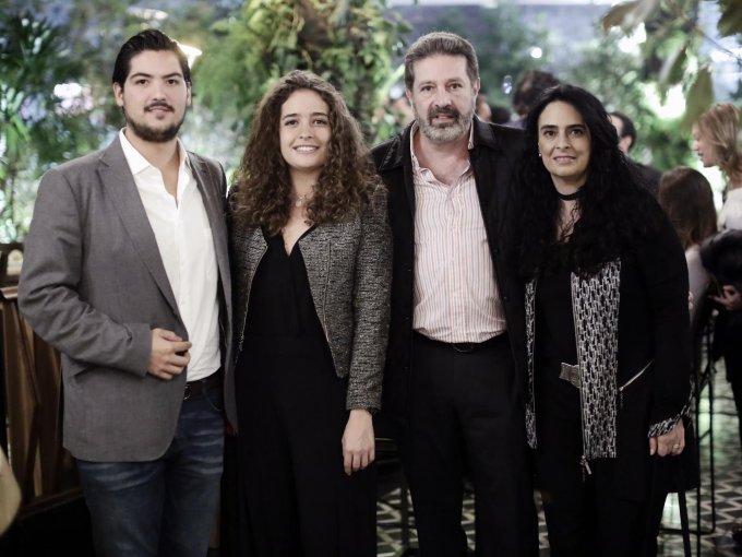 José Miguel Madrazo con Alexia, Alberto y Roxana Checa