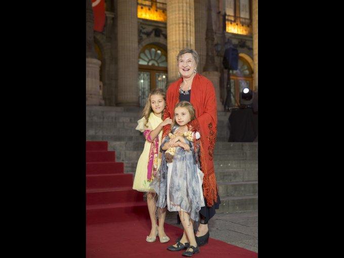 Brigitte Broch celebró su homenaje al lado de sus nietas María y Emilia Arango