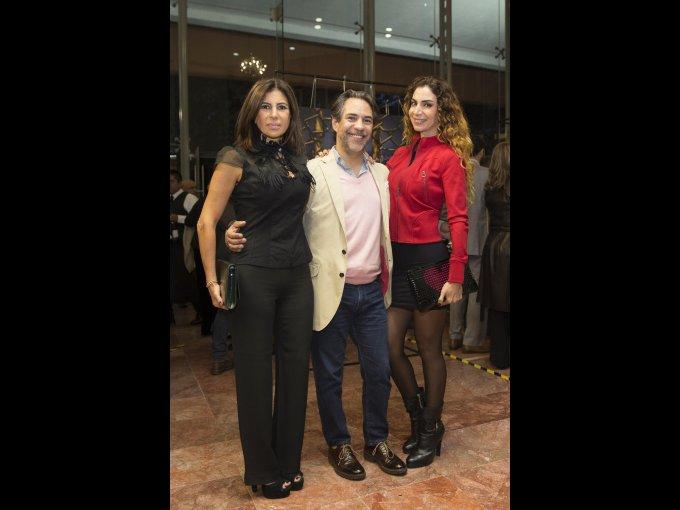 Jacqueline y Eduardo Balcárcel con Ivonne Marcos