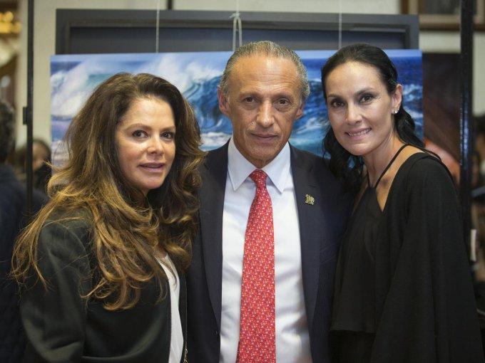 Laura y Jorge Arturo Cardona con Rebecca Guzmán