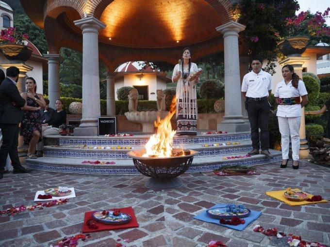 Una ceremonia de fuego sirvió para enviar buenas vibras a los invitados