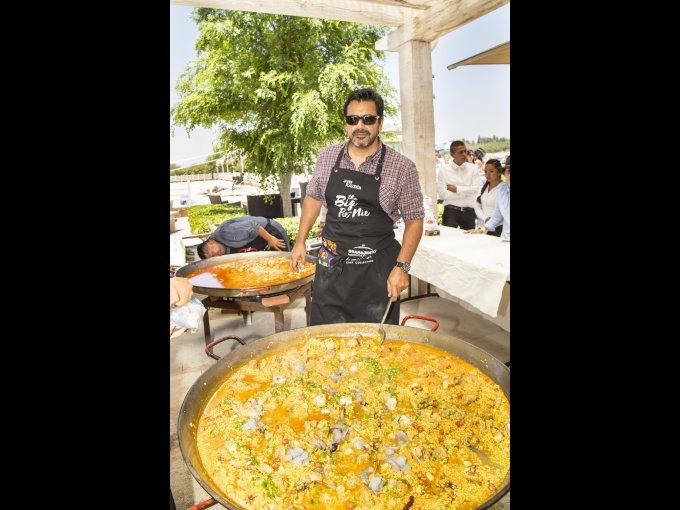 El chef Javier Plascencia preparó una paella