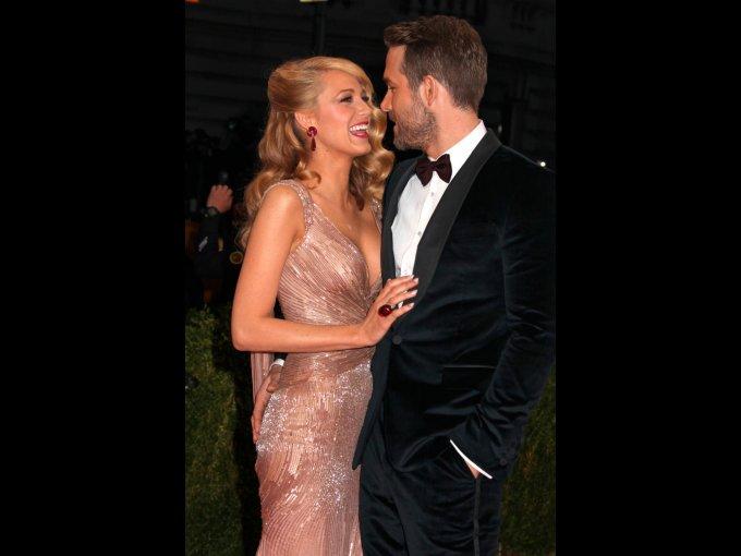 Blake Lively y Ryan Reynolds: Mantuvieron en secreto su relación por un tiempo y en este caso, decidieron seguir con el protocolo. Ninguno de los dos afirmó nada acerca de su boda en septiembre del 2012, pero después las fotos aparecieron en la revista 'Martha Stewart Weddings'.
