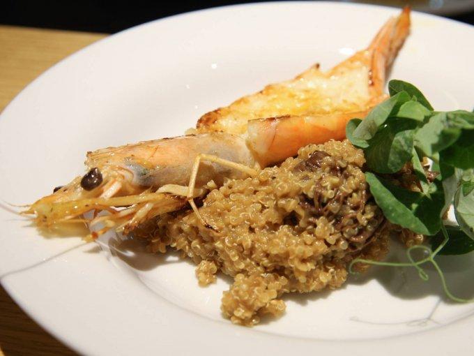 Camarón a la plancha, con guarnición de risotto de quinoa y hongos