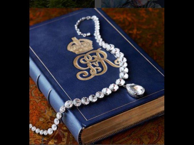 El Collar de la Coronación Inspirado en el collar original hecho en 1858 para la reina Victoria, llevado en las coronaciones de la reina Alexandra en 1901, Queen Mary en 1911, y su majestad la Reina en 1953.