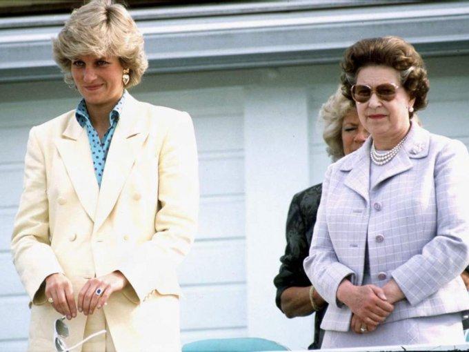 """La Reina Isabel II sentía un gran afecto por la joven que llamaban """"La tímida Di"""", su instinto maternal la hacía verla tierna con su inexperiencia en el mundo de la realeza"""