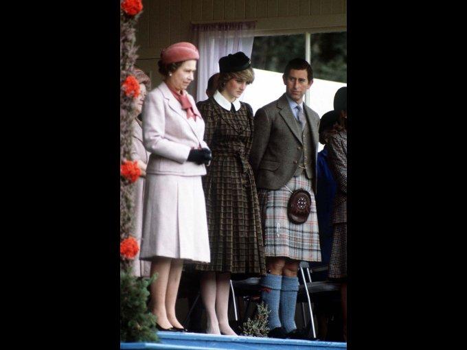 Todo comenzó con sus problemas de bulimia de Diana y las lesiones que se provocaba después de pelearse con el príncipe Carlos, sin embargo, la reina buscó ayudarla con psiquiatras y pidiendo que todo se mantuviera en secreto.