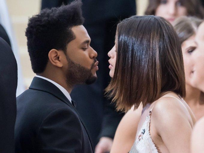 Selena Gómez ha dejado de esconder su relación con The Weeknd.  Al inicio quisieron mantener todo lo más íntimo posible, dado que la atracción entre ambos comenzó cuando él aún era novio de Bella Hadid. Sin embargo, ambos supieron que el amor que sentían era más grande que todo y ahora demuestran públicamente su amor sin miedo al qué dirán. Se han encargado de derretirnos con tantas muestras de cariño. Te mostramos sus mejores momentos: