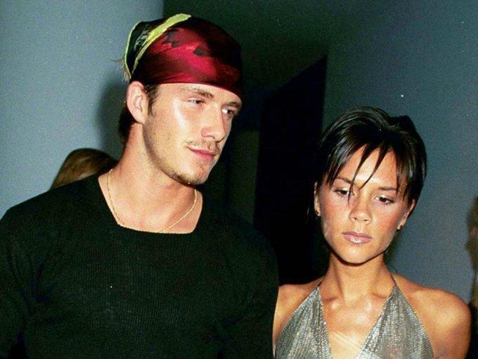 """David Beckham y Victoria Beckham son de las pocas parejas que el mundo considera realmente """"couple goals"""". El día de hoy, 5 de julio, celebran su aniversario no. 18 por lo que hacemos un recuento de los años y de los diferentes estilos que han adoptado los esposos a través de los años:"""