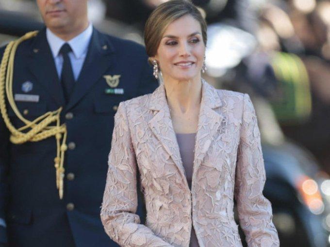 """La monarca española, Letizia, además de ser reina, también ha ejercido como periodista y presentadora de televisión, siempre mostrando su estilo """"working girl"""" que la caracteriza a donde quiera que vaya. Te mostramos los mejores looks de la reina consorte de España:"""