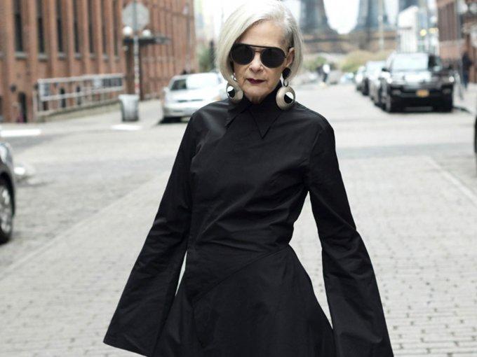 """Lyn Slater era una profesora alejada al mundo de la moda. Su vida dio un giro cuando en una ocasión fue confundida por una modelo en Fashion Week Nueva York. Desde ese momento, decidió emprender su blog llamado """"Accidental Icon"""" donde inspira a mujeres 'no famosas pero sí creativas e inteligentes que se sienten cómodas con lo que son'. Te mostramos sus mejores looks:"""
