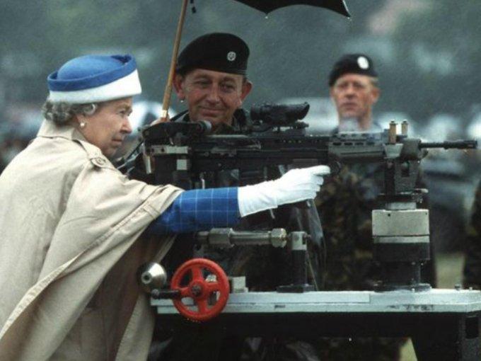 Cuando creíamos haberlo visto todo, la Reina nos sorprende con sus peculiares gustos. A lo largo de los años, ha mostrado pasión e interés en cosas que no cualquier Reina se atrevería a hacer. Un ejemplo fue la segunda guerra mundial, en 1944, año en el cual fue mecánica de los camiones que partían a la guerra.  Aquí te mostramos sus mejores momentos: