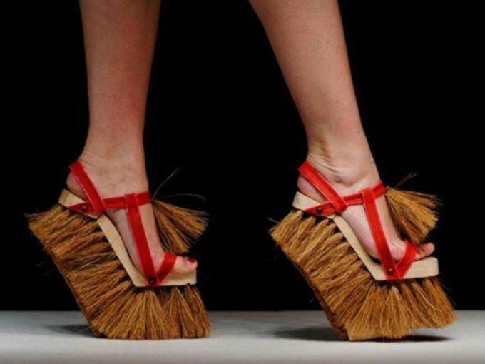 Comprar zapatos resulta ser el pasatiempo favorito de la mayoría de las mujeres. Sin embargo existen algunos que al verlos te harán pensarlo dos veces. Estos son los diseños más extraños del momento: