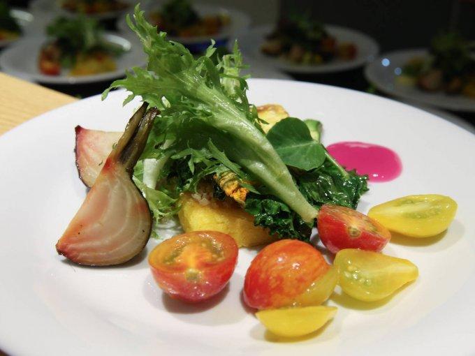Ópera de vegetales, que incluye diez diferentes especies rostizadas, polenta y kale