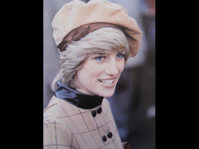 Diana Francess Spencer. Mejor conocida como Lady Di o la princesa del pueblo, se casó con el príncipe Carlos de Inglaterra en 1981 con quien tuvo dos hijos, el príncipe William y el príncipe Harry.