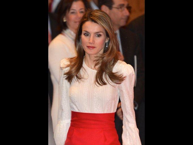 Letizia Ortiz Rocasolano. Periodista española que se casó por primera vez en 1999, al año siguiente se divorció. En el 2002 inició una relación con el príncipe Felipe de Borbón. En 2004 se convirtió en princesa de Asturias después de casarse.