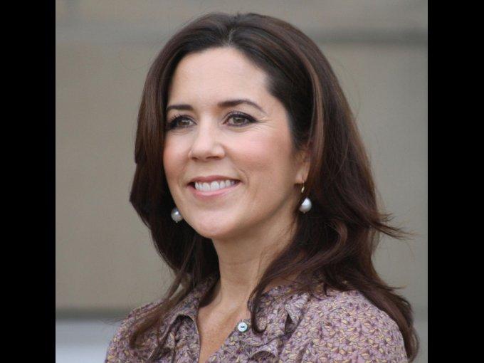 Mary Elizabeth Donaldson. Australiana graduada de derecho y marketing, en 2004 se casó con el príncipe Felipe a quien conoció en Sidney 2000, para así convertirse en princesa de Dinamarca.