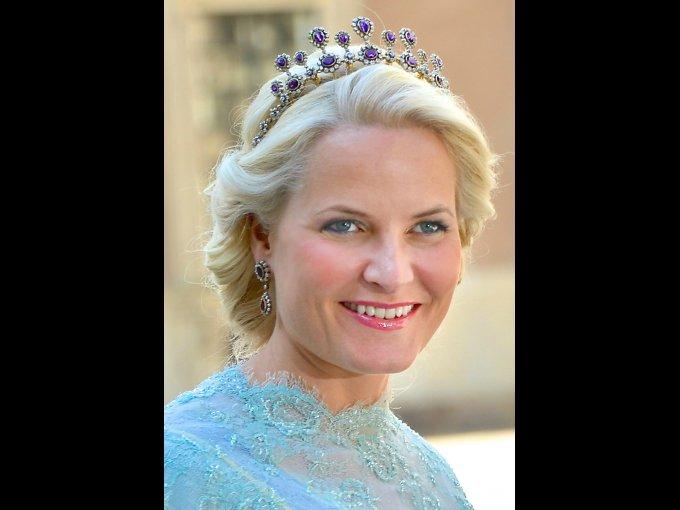 Mette-Marit Tjessem Hoiby. Noruega que conoció a su esposo, el príncipe heredero de su país, Haakon Magnus en un festival de rock. Era madre soltera y vivió con el príncipe en unión libre por lo que causó mucha controversia.