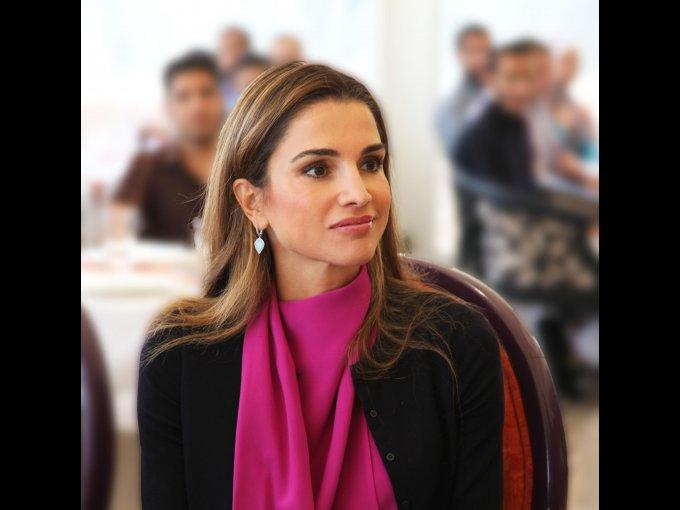 Rania Al Yassin. Conoció a su esposo, el rey de Jordania Abdullah bin Al-Hussein en una fiesta; dos meses más tarde anunciaron su relación y tres meses después contrajeron matrimonio.