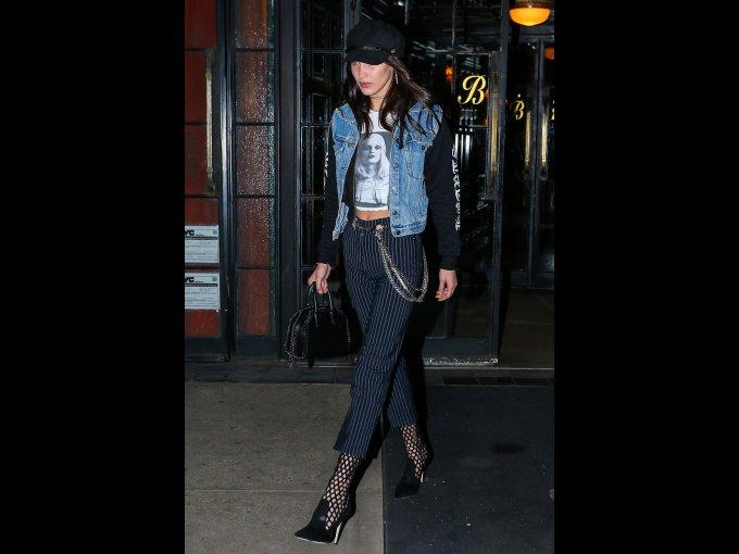 Bella Hadid en una blusa y sudadera de Chorme of Hearts, chaleco de Harley Davidson, pantalones de Miau y bolso de Stella McCartney, Nueva York