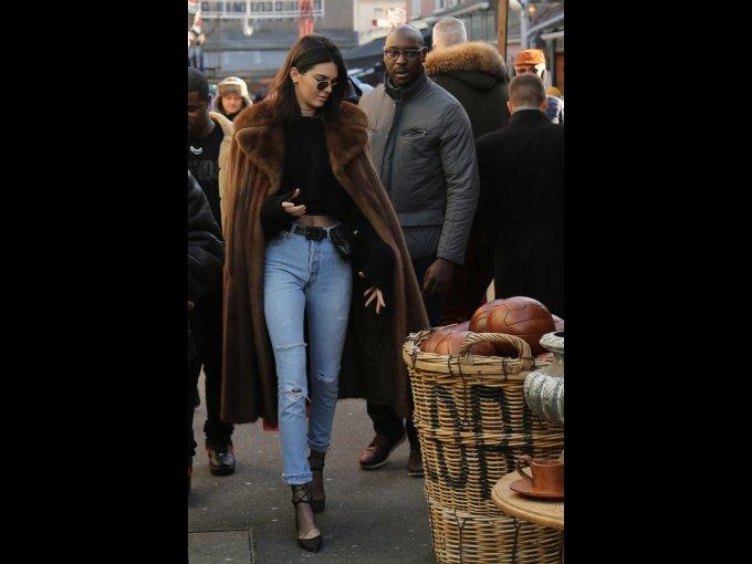Kendall Jenner usando un top de Yeezy, pantalones ReDone y una cangurera de Chanel, París