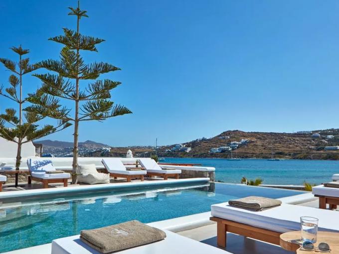 Waves, Korfos Beach: Perfecto para aquellos que les gustan las actividades recreativas, ya que está ubicado en uno de los mejores lugares para hacer 'kite-surfing'. Con 8 suites de lujo, en este hotel recibirás una canasta de desayuno todas las mañanas.