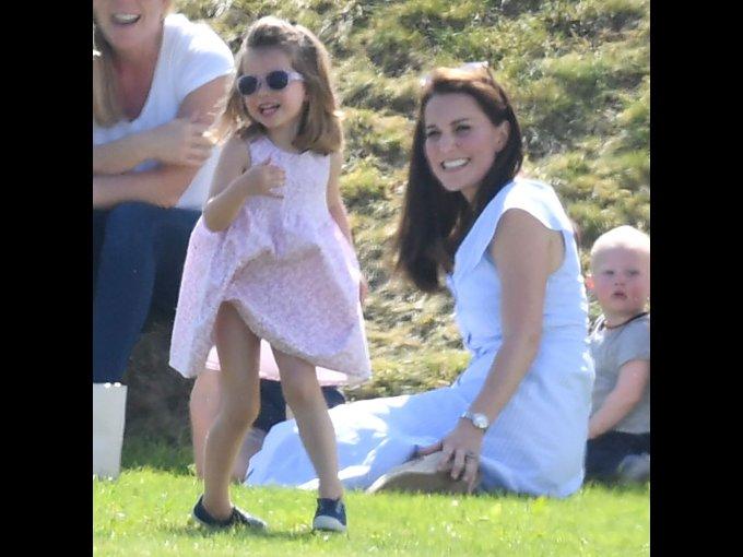La Familia del príncipe William lo acompañó a un juego de polo, unas horas libres donde no tenían protocolo que cumplir. Así de divertida fue la tarde de la princesa Charlotte. Te prometemos que morirás de risa/ternura.