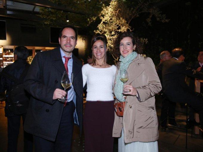 Diego Romero, Karmele Balerdi, esposa de Pablo San Román, y Alicia Merino