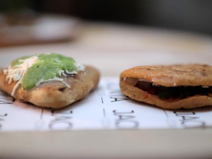 Tlacoyo de frijol y gordita de chicharrón