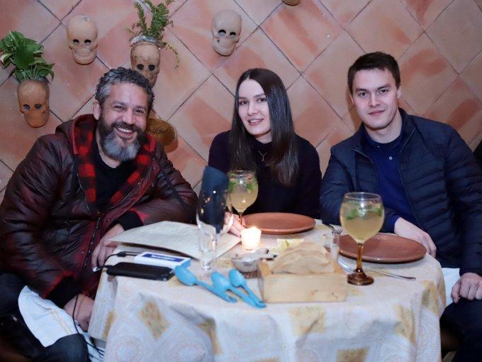 Enrique Aldama con Tatiana y Geordi Yaros