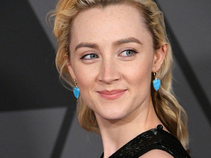 La actriz Saoirse Ronan es muy atrevida, incluso en su look. Ha pasado desde el rubio, rojo, balayage, hasta el negro, ¿cuál es tu favorito?