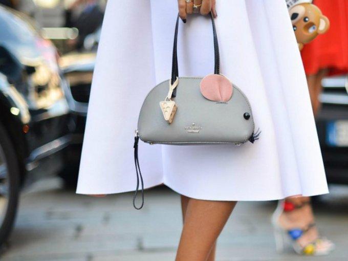Kate Spade marcó tendencia por sus combinaciones de colores vivos, creatividad e imaginación. Estos son algunos de sus bolsos más icónicos: