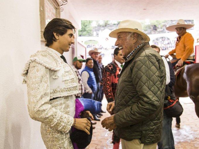 El torero Andrés Roca Rey con Juan Arturo Torres Landa en el túnel de la Plaza
