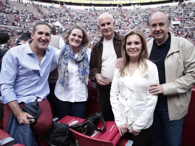 Rafael Domínguez, María José y Juan Antonio Pérez Simón con Rosa María Domínguez y Enrique Torres Landa