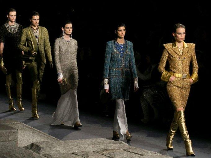 """Lagerfeld tituló """"Luxe Or"""" a la colección, que fue diseñada para mostrar los talentos de los bordadores, artesanos, joyeros de fantasía, tejedores y forjadores que forman parte de Chanel. Mira las fotos:"""