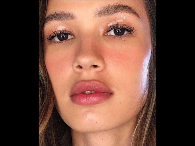 Utiliza sombras en tonos rosa y lo mismo para el labial