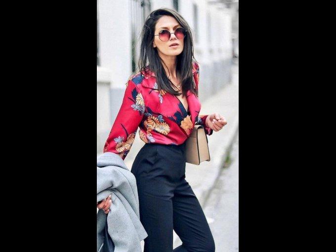 Pantalón formal obscuro con una blusa de mucho color