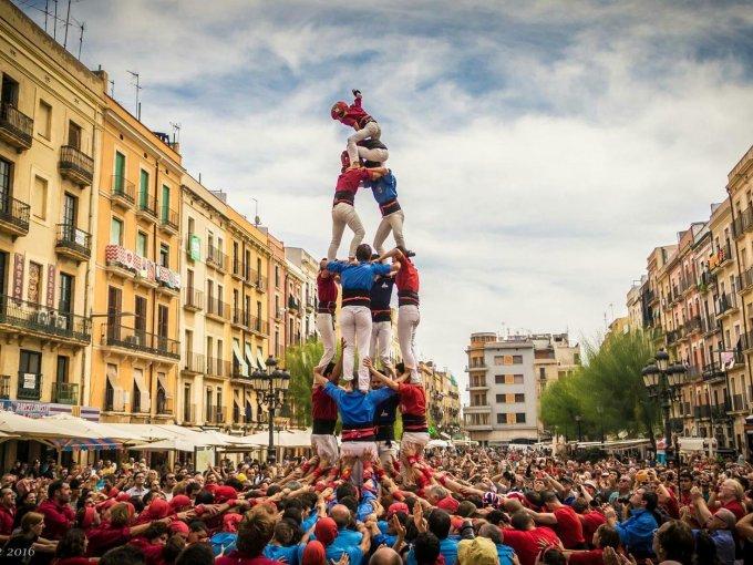 Castellers / Cada 24 de junio, celebran la fiesta de Sant Joan que durante el día, llenan sus calles de castellers. Un espectáculo que no puedes perderte