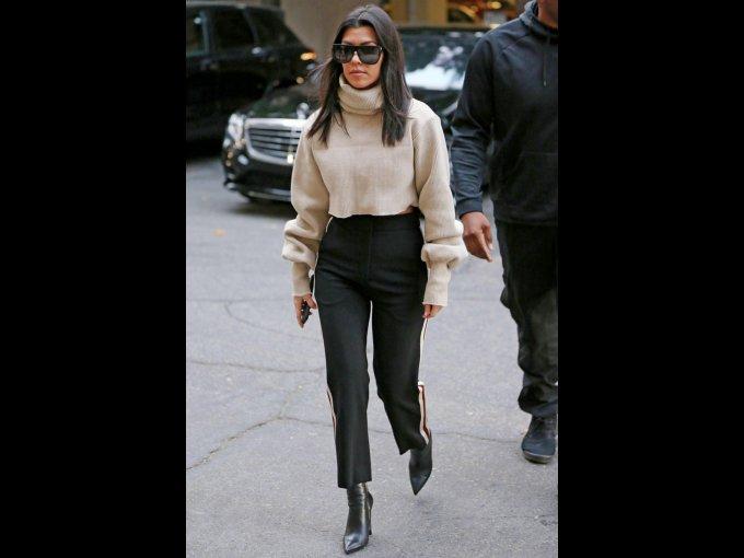 Pantalón negro formal, botines del mismo color y suéter de cuello alto