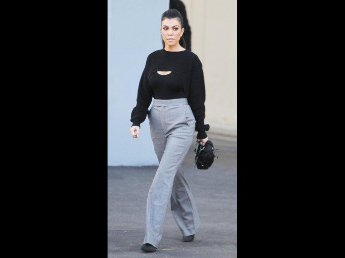 Pantalón gris con suéter y zapatos negros