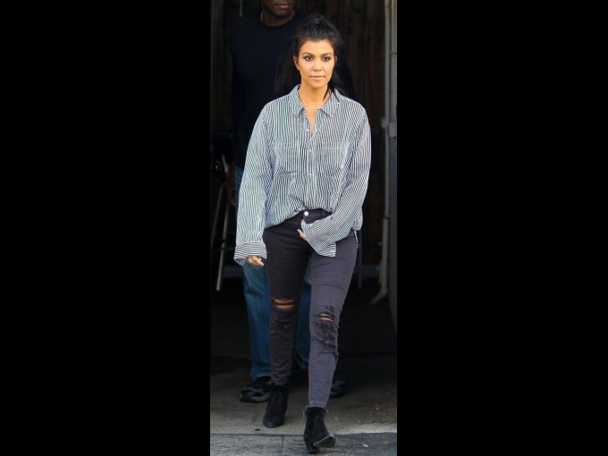 Jeans grises, botines negros y camisa oversize